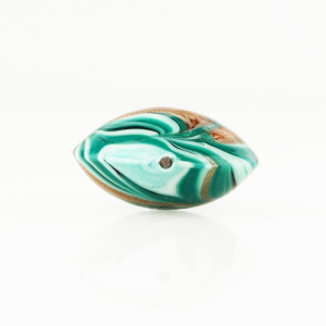 Perla di Murano schissa Fenicio Ø30. Vetro verde chiaro, verde acqua, verde scuro e avventurina. Foro passante.