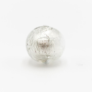 Perla di Murano sommersa Ø14. Vetro color cristallo trasparente e foglia argento. Foro passante.
