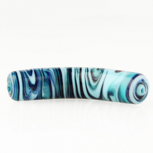 Perla di Murano tubo curvo Fenicio Ø10x48. Vetro verde marino, blu lapis, turchese e avventurina blu. Foro passante.