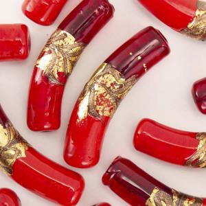 Perla di Murano tubo curvo Sommerso Ø8x40. Vetro rosso, ametista, foglia argento. Foro passante.