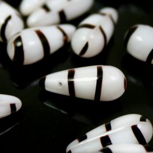 Perla goccia in pasta di vetro striata bianca e marrone, 16 mm