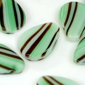 Perla goccia piatta in pasta di vetro striata verde seta e marrone, 18 mm