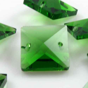 Quadruccio 16 mm verde cristallo vetro sfaccettato 2 fori