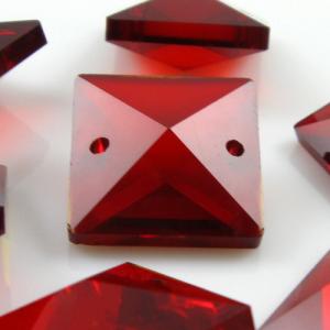 Quadruccio 18 mm rosso cristallo vetro sfaccettato 2 fori