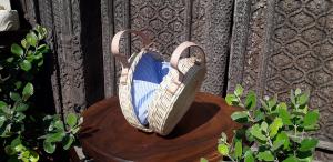 Borsa round in rattan naturale con fodera interna righe bianca e blu  e manico in pelle
