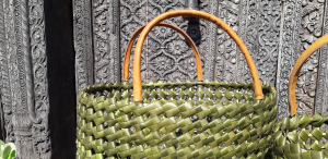 Borsa in foglia di palma con manico in legno di bambu' ricoperto in pelle
