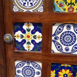 Credenza 2 ante in legno di palissandro indiano con mosaico di maioliche