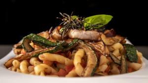 Busiate con pesto trapanese e verdurine croccanti di stagione 8.50€