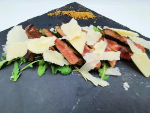 Tagliata di vitello con scaglie di grana e verdurine 16€