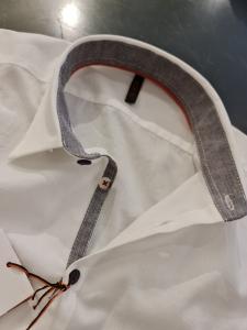 Camicia bianca con toppe