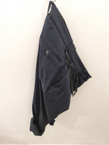 Pantalone blu con accessorio