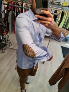 Camicia azzurra con toppe