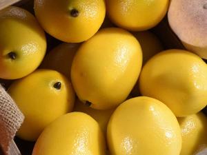 Limone giallo decorativo artificiale