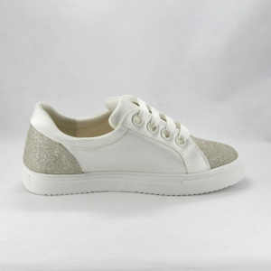 Sneakers sposa con dettagli luminosi.