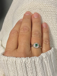Anello in oro bianco 18kt con diamanti e smeraldi