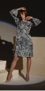 Abito cerimonia donna corto a fantasia con manica lunga.