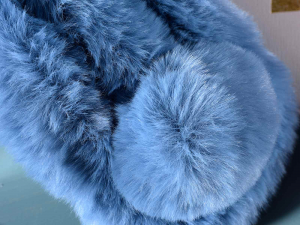 Scaldacollo morbida eco-furcolorata con chiusura a pompon