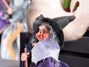 Befana strega in stoffa e resina con contenitore portadolci